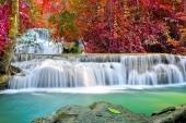 Водопад красной осенью